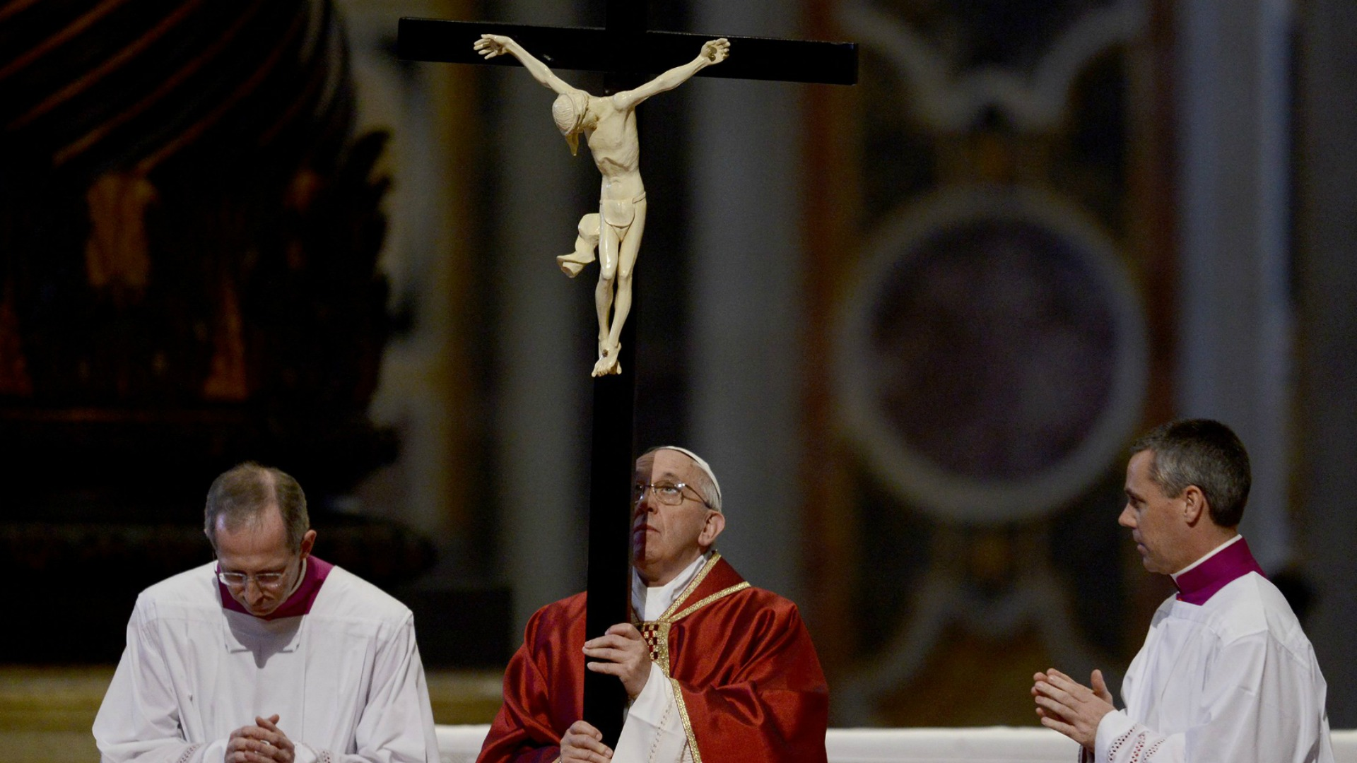 Papst Franziskus hält das Kreuz bei der Karfreitagsliturgie am 3. April 2015 im Petersdom in Rom.